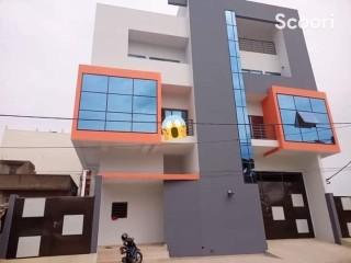 Immeuble de 04 appartements de 03 chambres et salon sanitaires à louer, Wologuèdè